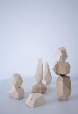 商品名:building block サイズ:40~100mm 素材:木材(メープル、ウォールナット) 特徴:木材屋の家具製作の際にでる端材を使って積み木を製作しました。無垢のままなので本物の木の香りを感じられ子供がなめても害がないようにしています。