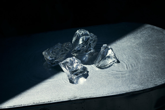 商品名:ガラスのかたまり サイズ:100~200mm 素材:ガラス 特徴:吹きガラス工房で溶解炉の底に溜まったガラスの大きな塊を一度砕いて、再加熱することでオブジェとして生まれ変わりました。一つとして同じ形がない唯一無二の存在です