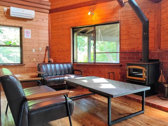 暖炉のある温かみのあるスペース