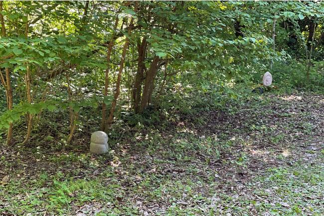 古寺の境内に張られた石彫地蔵の結界の一部