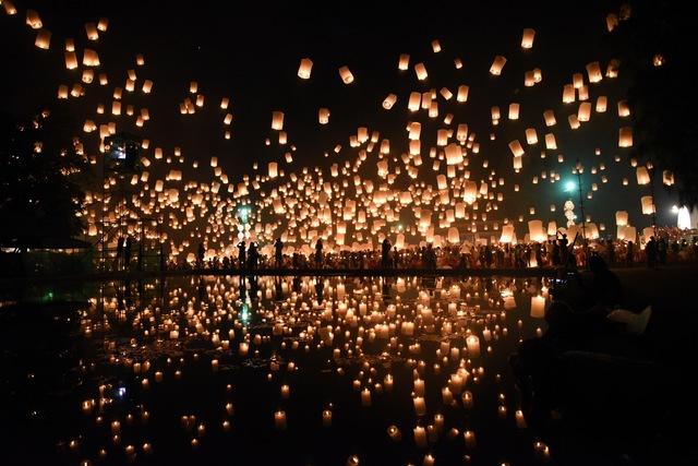チェンマイのロイクラトン「イーペン祭り」ではランタンを一斉に空に放つ光景が幻想的。今年は11月13日~15日開催!