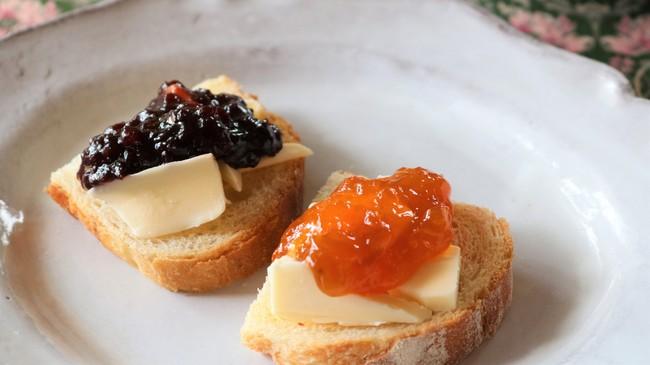 発酵バターをたっぷりのせたバゲットに「コンフィチュール チェリー&シャンパーニュ 250g(写真左)」と「コンフィチュール  アプリコット&ラベンダー 250g(写真右)」を。