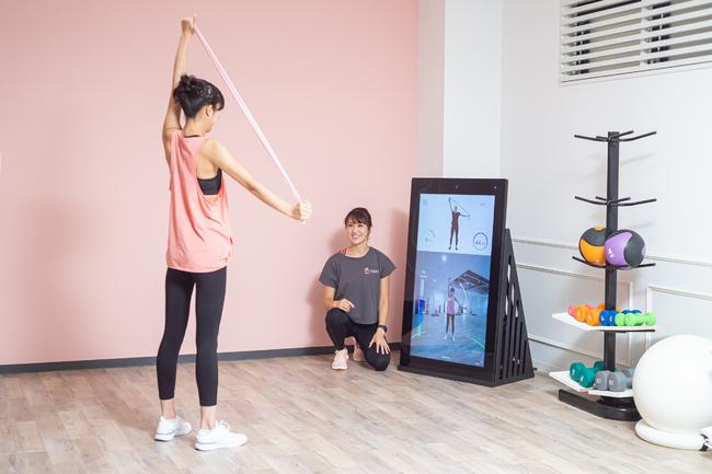 運動初心者でもわかりやすく、正しいフォームをスタジオ専属トレーナーがアドバイス!