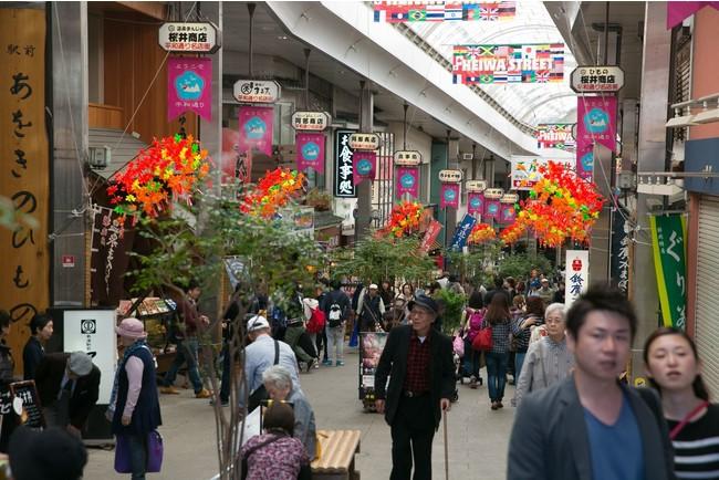多くの観光客が行き交う熱海の商店街