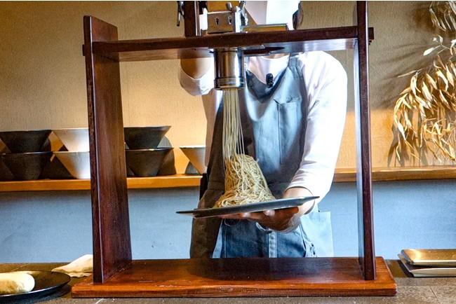 お客さまの目の前で絞って提供(写真は京都の「紗織」)