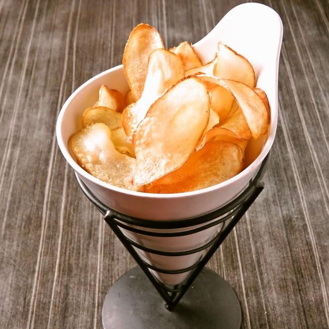自家製のポテトチップス。パリッとした食感と揚げたてならではの芋の香り