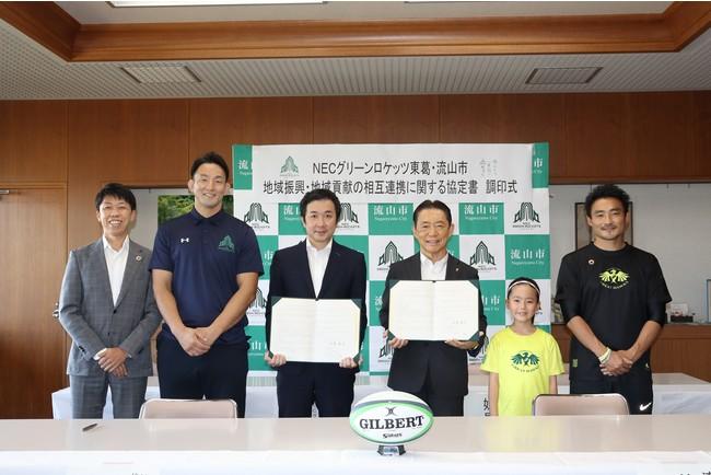左から:赤井NEC支社長、細田選手、梶原代表、井崎市長、妹尾さん(キッズアンバサダー)、川合さん(流山ラグビーフットボール協会会長)