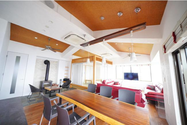 大島のアンコ椿をイメージしたインテリア。約65平方メートル のリビングダイニングにアイランドキッチン完備。