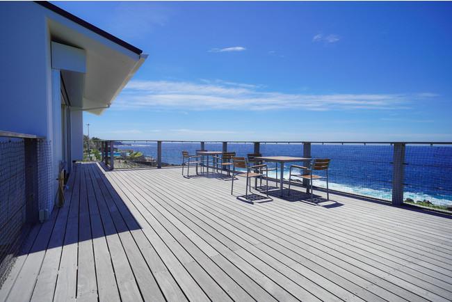 利島や新島などの伊豆七島を望む約50平方メートル のオーシャンビューテラス