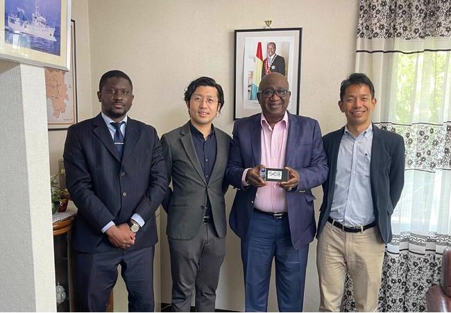 左から、ケイタ一等書記官、OUI Inc.清水、シラ大使、OUI Inc.中山