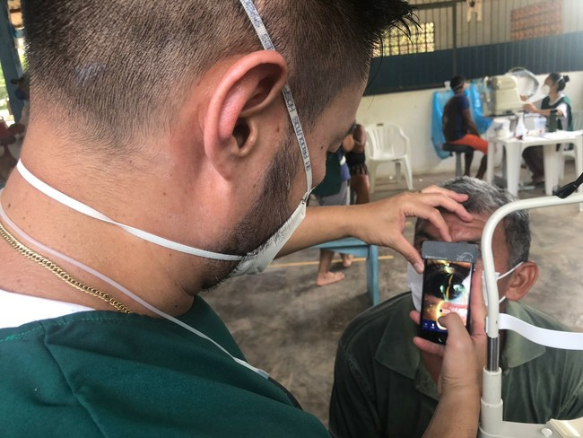 アマゾンのインディオ集落でSECを使って眼科疾患のクリーニングを行うAMDAFスタッフ