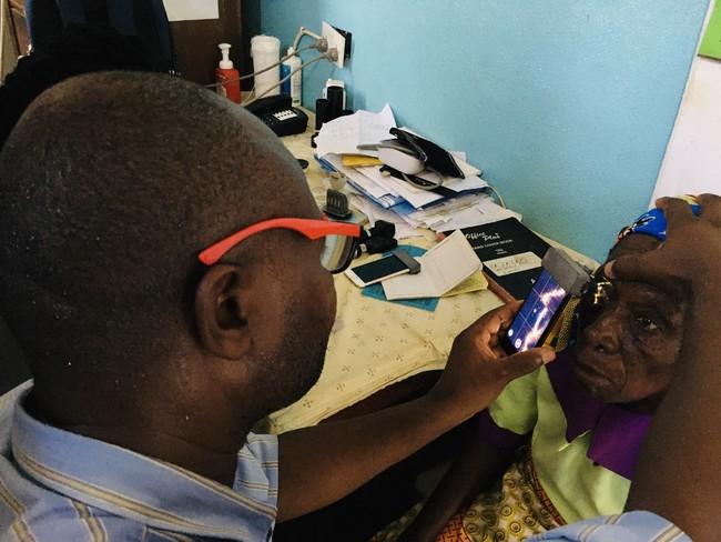 マラウイ共和国でのパイロット実証で、SECを使って患者の診察を行う現地医療スタッフ