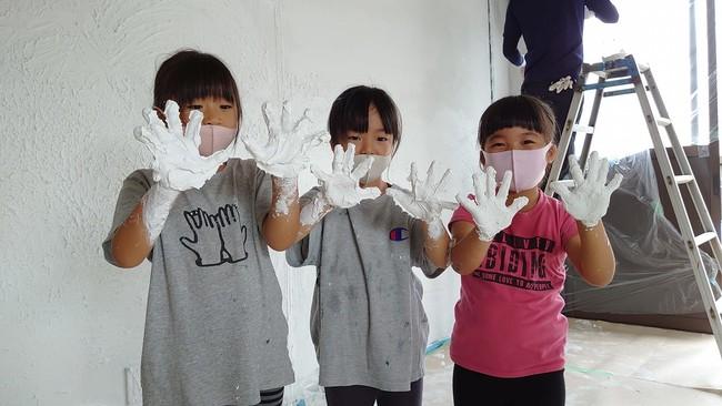 内装は地域の方々とDIY!子ども達が駄菓子屋の壁を漆喰で塗りました。