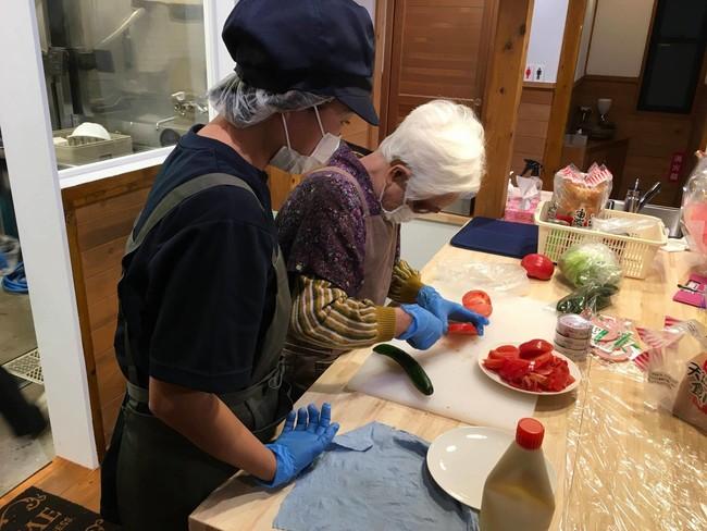 要介護の高齢者が料理を振る舞う。