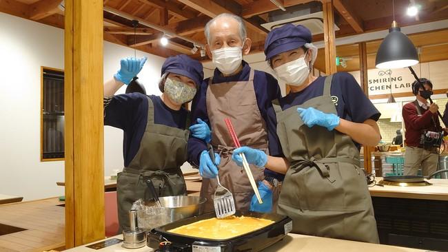 普段は料理をしない男性高齢者も子どもの笑顔のためにと大活躍。