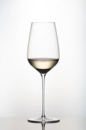 スパークリングから赤ワインまであらゆるワインの美味しさを最大限に引き出す万能グラス「ルニヴェルセル」