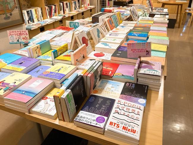 チェッコリさん店頭のようす。韓国の翻訳書籍がずらりと並ぶ。「春のK-POPまつり」フェアも、5月1日から開催予定!