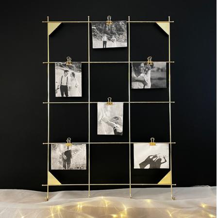 Instagramで人気のゴールドフォトフレームにふたりの写真を飾って。