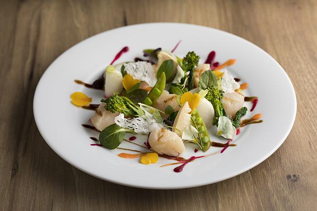 帆立貝柱のグリル 4種のソースと5種の春野菜 サラダ仕立て