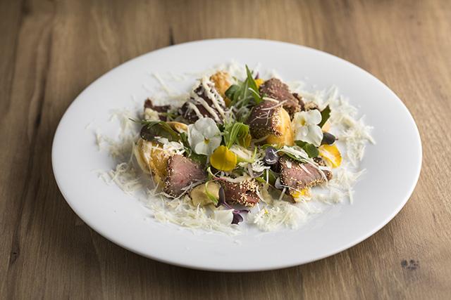 桜馬肉の低温ロースト 春の山菜ベニエ添え