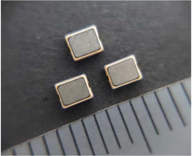 図1 開発した32kHzクロック用CTGS発振器 (2520サイズ)