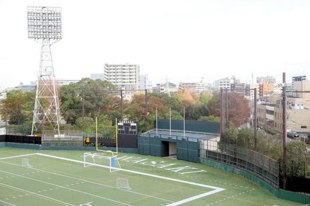 昭和の川崎球場の面影を残す 外野フェンスと照明塔 富士通スタジアム川崎
