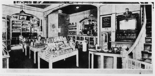 資生堂洋風調剤薬局の一角のソーダファウンテンコーナー(右)