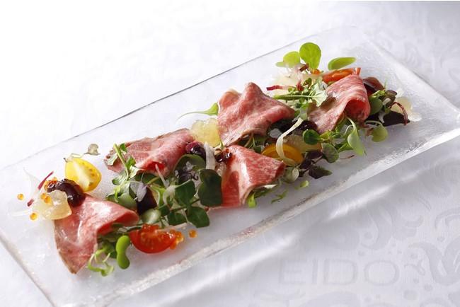 前菜のメニュー一例 漢方和牛ローストビーフのサラダ仕立て