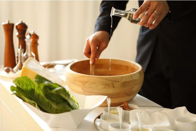 シーザーサラダはお客さまの目の前でドレッシングから作ります。