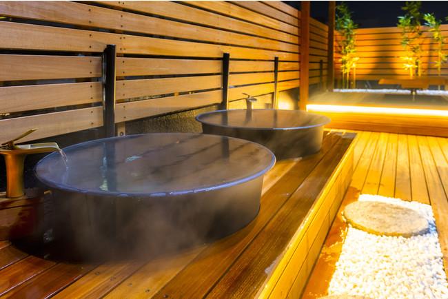 <五右衛門風呂エリア:湯加減が調節できる五右衛門風呂、ライティングも>