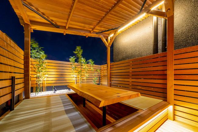<外気浴エリア:畳の小上がりで落ち着く空間>