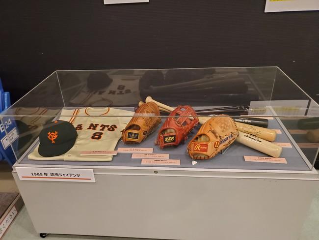1985年当時の巨人の選手たちの用具展示
