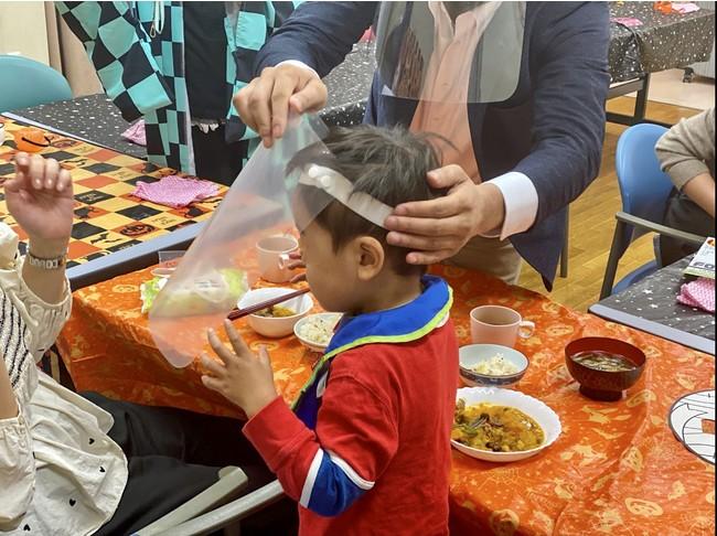 子どもから大人まで使える食事専用フードシールド(寄付先の子ども食堂にて)