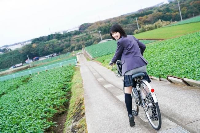 自転車に乗って振り向く竹内愛紗