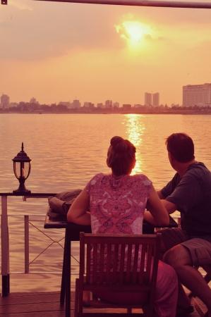 プノンペンの街へと沈んでいく夕日。ゆったりとしたメコン川クルーズを楽しみながら鑑賞してみては?(C)若林聖人