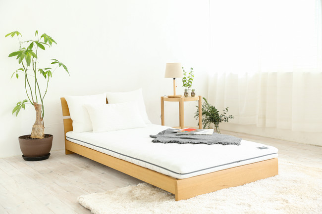 ベッドでもお使い頂け、シンプルスタイリッシュな外観でどんなテイストのお部屋にも合います