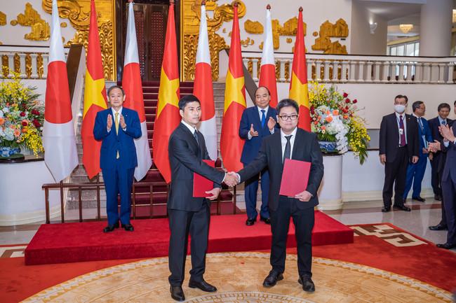 MOU締結の様子 (前方左)当社マネージャー Cuong氏 (前方右) JVHB代表Tuan氏 (後方)日越両首相