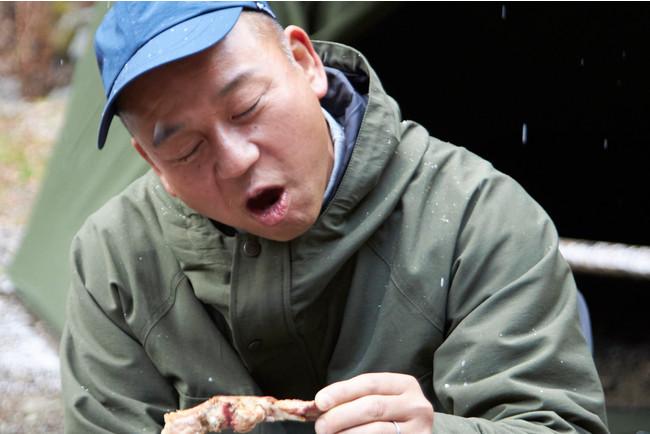キャンプ場での試食を行うバイきんぐの西村 瑞樹さん