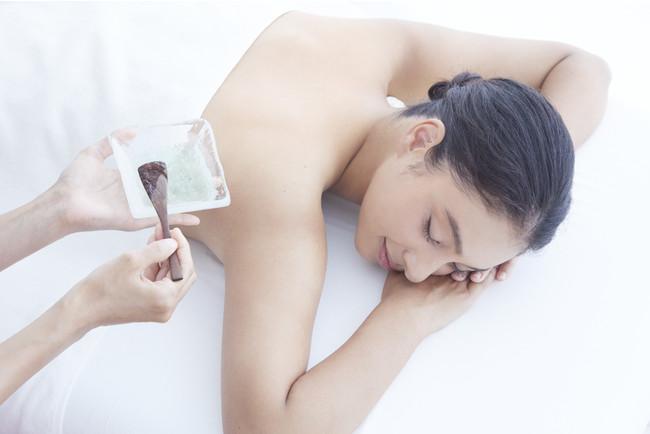 『星野リゾート 西表島ホテル』で体験できる『西表スパ』では、沖縄の自然の恵みである月桃、シークヮーサー、ハイビスカスなどを原料とした化粧品を使用