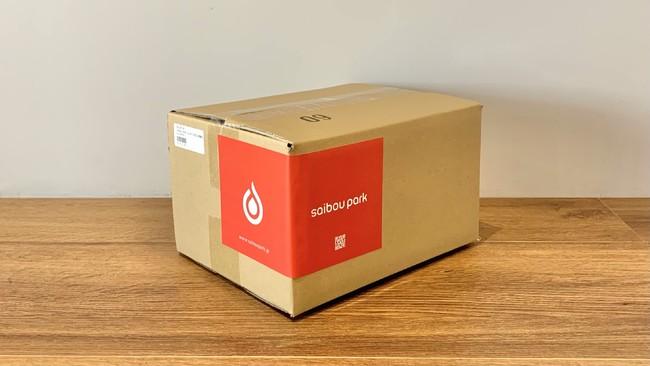 ブランドロゴが印象的な限定ボックスでのお届け