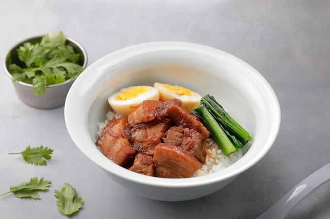 皮付きの豚バラ肉を、スパイスと共に醤油で甘辛く煮込んだ台湾のローカルフード。
