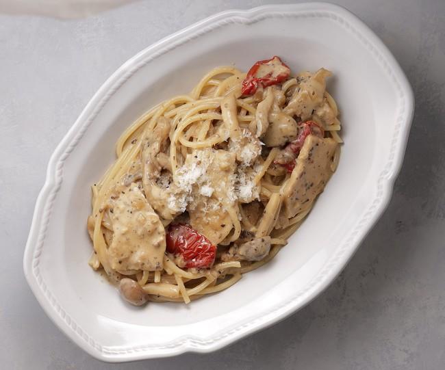 キノコの香り豊かな鶏むね肉入りのクリームソース。隠し味にグラスドビアンとドライトマトを。