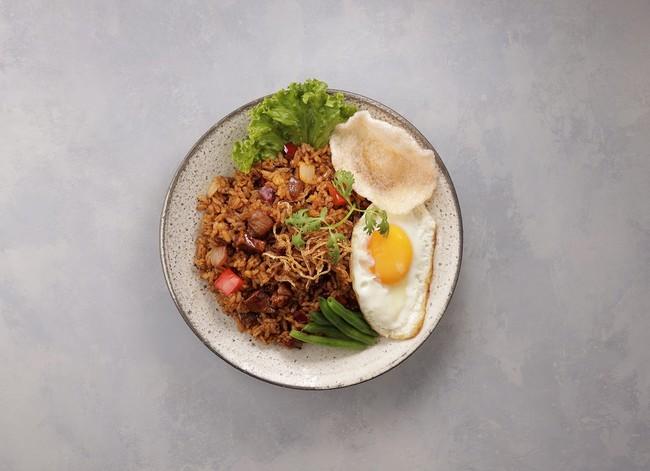 鶏肉、パプリカや玉ねぎ入りの海老ペースト風味が効いた旨辛ナシゴレンのベース。