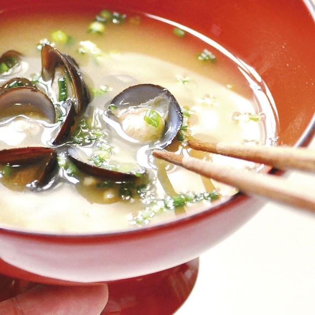 熱いお湯を注ぐだけで宍道湖のしじみ味噌汁の完成です