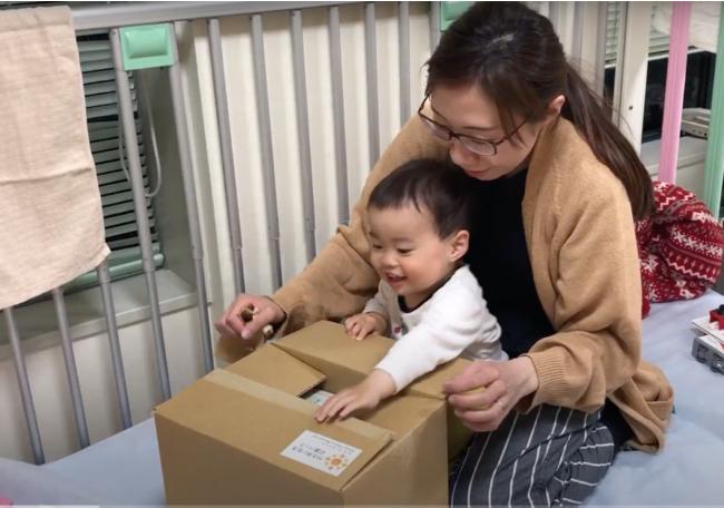 付き添い生活パックを受け取る小児病棟に長期入院中の子どもとお母さん