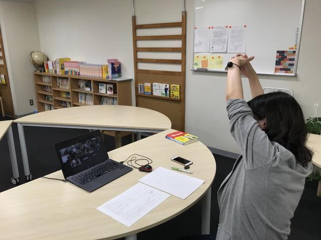 オンライン授業の合間に生徒とともに ストレッチを行う講師(都内の学習塾)