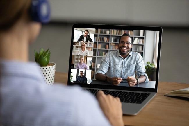 学生はコロナ禍でもオンラインを活用して海外の教員や学生と交流を行う(Photo by PIXTA)