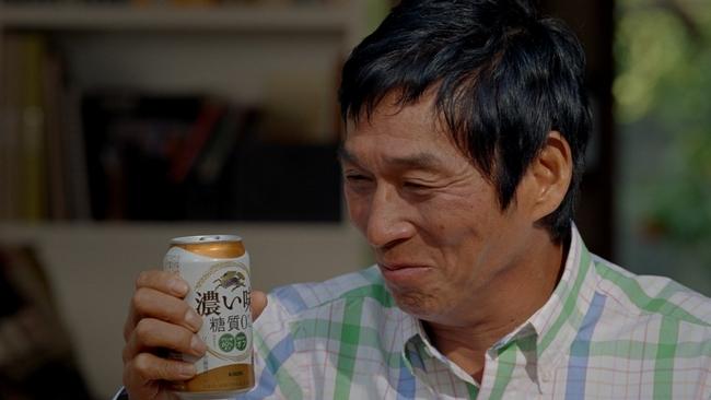 ビールを飲む明石家さんま。