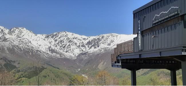 標高差2,200mを見渡し、北アルプスの残雪と新緑が一望できる「HAKUBA MOUNTAIN HARBOR」