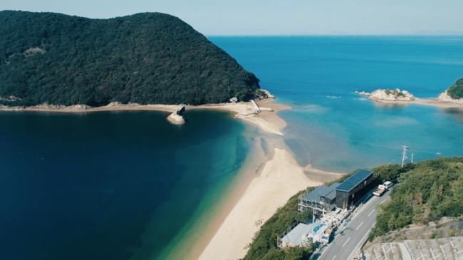 穏やかな瀬戸内の海と丸山島を望む建設中の当館